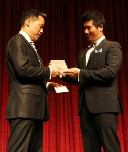 Richard Lui accepts the 2013 Dr. Suzanne Ahn Award for Civil Rights and Justice from AAJA National President Paul Cheung (right). (Photo by Lia Chang/AsianConnections.com.)